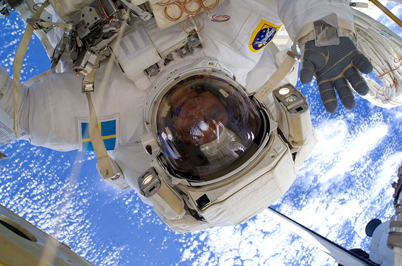Christer_Fuglesang_participates_in_the_third_STS-128_spacewalk